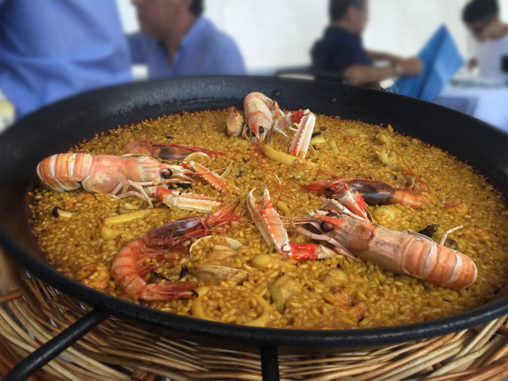 What is paella? Seafood paella, Spanish dish, try it at Cúrate Trips
