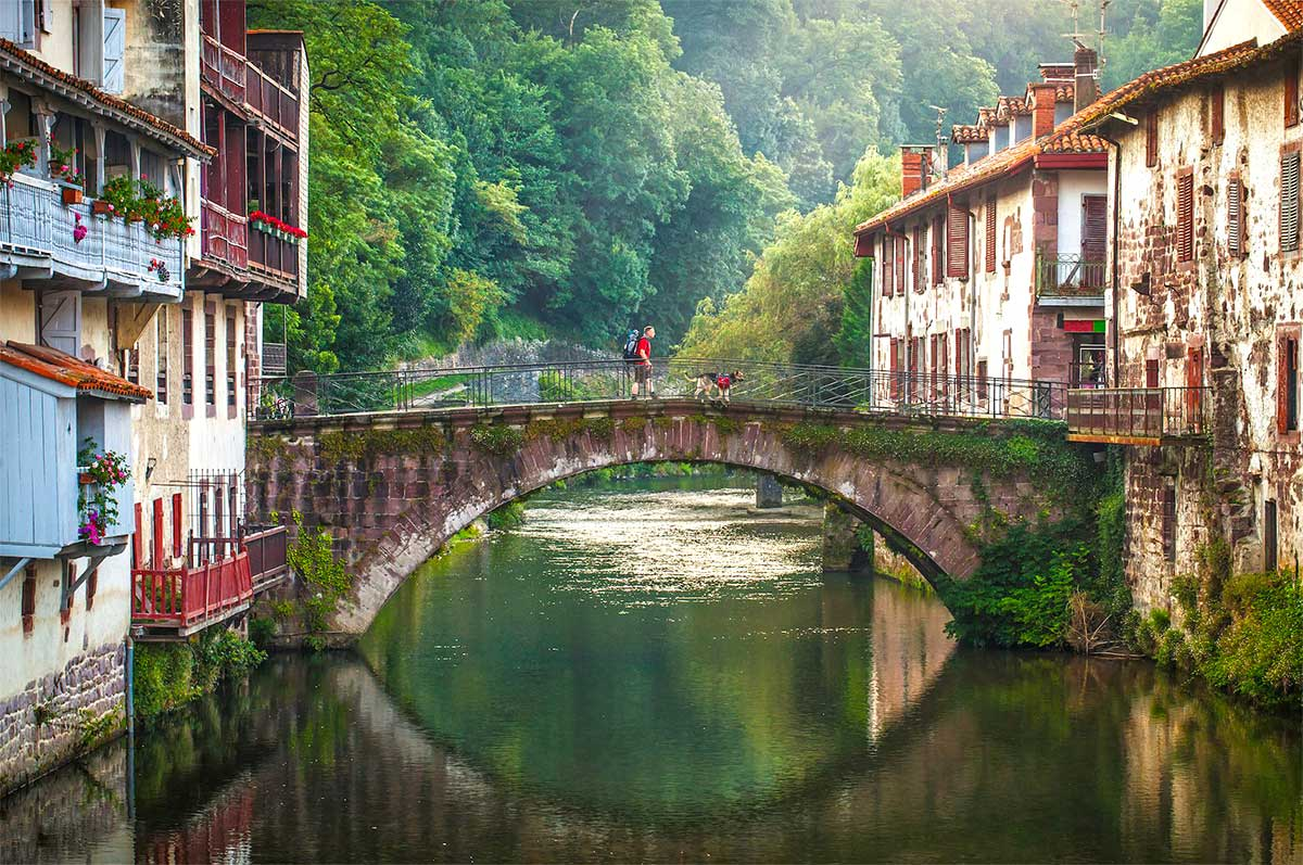 Saint-Jean Pied de Port, a Basque small town in the Saint James Way, Paladar y Tomar