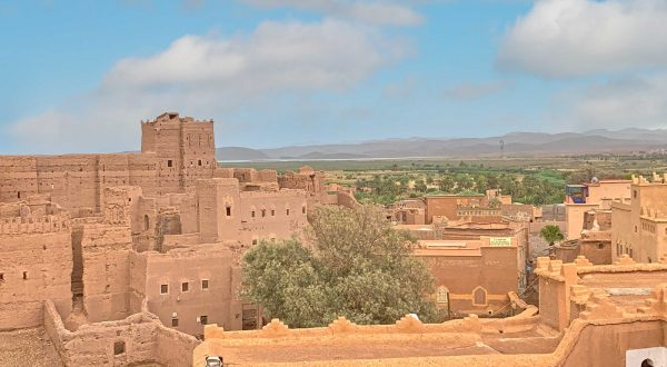 Cross Ouarzazate on your way to the desert, with Paladar y Tomar