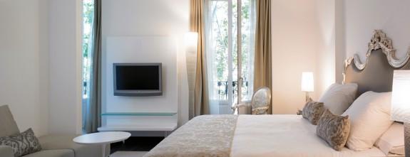 The bar at Luxury Boutique Hotel Hospes Madrid, junior suite