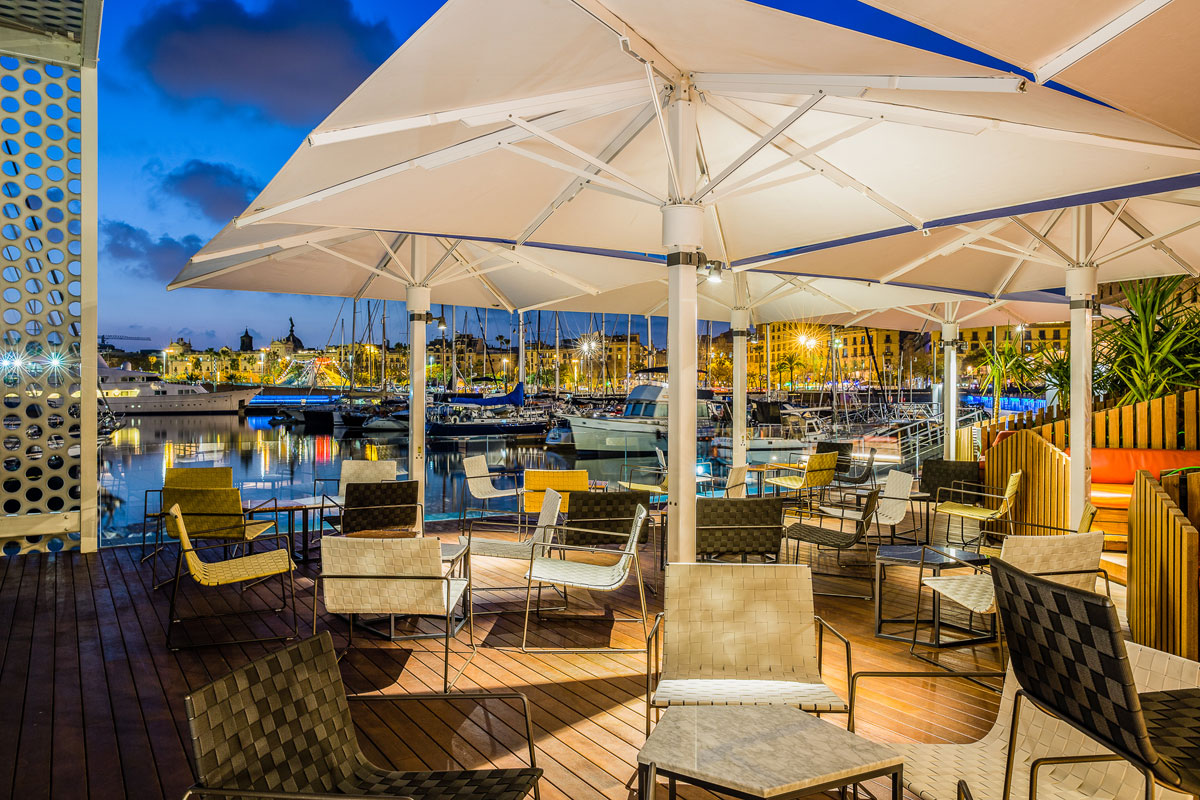 By night, OneOcean Club brings together yachting people and locals in Barcelona
